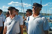 Die Shanty-Singers Steckborn singen für den Segelclub. Rechts: Segelclub-Commodore Rolf Schlaginhaufen. (Bild: Margrith Pfister-Kübler)