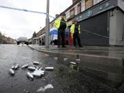 Bei einer Schiesserei in Manchester sind zehn Menschen verletzt worden. Die Polizei in der Stadt im Nordwesten Englands wurde nach eigenen Angaben in der Nacht zum Sonntag ins Stadtviertel Moss Side gerufen, nachdem dort Schüsse gefallen waren. (Bild: Keystone/AP PA/PETER BYRNE)