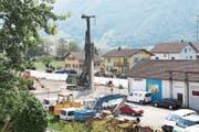 Im Gebiet Byfang Süd werden zurzeit 15 Meter lange Betonpfähle in den Boden gerammt. (Bild: Carmen Epp (Altdorf, 3. August 2018))