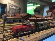 Keine Modellbauanlage aus dem Katalog, sondern fast alles aus Abfallmaterial gebaut. Selbst der Oberbau der Rangierlokomotive wurde von Bruno Schwender selber zusammengelötet. (Bild: Foto Mark Theiler)