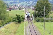 Die stählerne Thurbrücke bei Ulisbach soll 2019 einer Betonbrücke weichen. Der Triebwagen der Thurbo im Bild fährt talaufwärts in Richtung Ebnat-Kappel. (Bild: Martin Knoepfel)