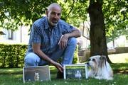 Peter Müller mit seinem Hund Miro, der auch immer mal wieder in den Arbeiten des Fotografen zu sehen ist. Bild: Rita Kohn
