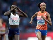 Lonah Chemtai Salpeter (links) bemerkt den Irrtum. Sie hatte den Endspurt gegen die spätere Siegerin Sifan Hassan eine Runde zu früh lanciert. (Bild: KEYSTONE/AP/MICHAEL SOHN)