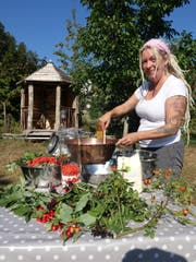 Vogelbeere, Kornelkirsche, Hagebutte und Holunder dienen als Ausgangsprodukte für Marmelade, welche Alexandra Milesi in der Kupferpfanne aufkocht. (Bild: Hanspeter Thurnherr)