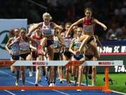 Fabienne Schlumpf (vorne rechts) führte das Steeple-Feld der Frauen bis 300 m vor dem Ziel an (Bild: KEYSTONE/EPA/SRDJAN SUKI)