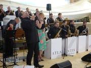 Die Atlantis Big Band mit den Sängern Hanspeter Zweifel und Manuela Gerosa. (Bild: Erwin Schönenberger)