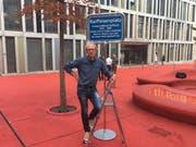 Hans Fässler vor der überklebten Namenstafel auf dem Roten Platz. (Bild: Christoph Renn)