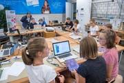 Textilien via Programmierbefehl zum Leuchten bringen: Schülerinnen und Schüler einer Oberstufenklasse aus Appenzell in einem Smartfeld-Kurs. (Bild: Urs Bucher)
