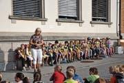 Die Schulanfängerinnen und Schulanfänger aus Rehetobel mit der Schulleiterin Alexandra Wirth. (Bild: Salome Bartolomeoli)
