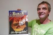 Bauernhoftheater Seelisberg: Bauer Seppi Truttmann präsentiert das Plakat. (Bild: Christoph Näpflin, Seelisberg, 10. August 2018)