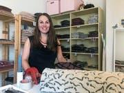 Carmen Lama, Co-Leiterin des Labels TGIFW - hier in ihrem Lager in St. Gallen - vertreibt nepalesische Mode, die zu fairen Bedingungen hergestellt wird. (Bild: Philipp Bürkler)