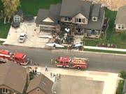 Ein 47-jähriger Mann ist mit einem Sportflugzeug in sein eigenes Haus geflogen und dabei ums Leben gekommen. (Bild: Keystone/AP/John Wilson)