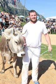 Andi Imhof gewann erstmals sein «Heimfest» auf dem Urnerboden und durfte als Preis Rind Niki in Empfang nehmen. (Bild: Paul Gwerder, Urnerboden, 12. August 2018)