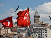 Der türkische Präsident Erdogan reagiert mit drastischen Massnahmen auf die Krise der türkischen Währung Lira. Unter anderem sollen negative Kommentare über die wirtschaftliche Lage bestraft werden. (Bild: KEYSTONE/AP/LEFTERIS PITARAKIS)