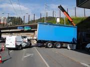 Glück im Unglück: Ein 72-jähriger Lieferwagenfahrer prallte in die heruntergekippte Laderampe eines Lastwagens - sein Gefährt erlitt zwar Totalschaden, er blieb aber unverletzt. (Bild: Schaffhauser Polizei)