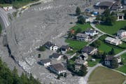 3,1 Millionen Kubikmeter Fels stürzten ins Tal. Der Murgang drückte Material bis nach Bondo, wo Häuser beschädigt wurden. (Bild: Gian Ehrenzeller/KEY (Bondo, 28. August 2017).