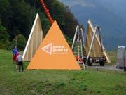 Auffällige Pyramiden bei den Dorfeingängen machen in Giswil auf die kommende Gewerbeausstellung aufmerksam. (Bild: PD)