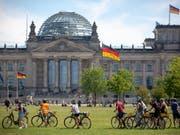 Die Sozialdemokraten und Liberalen legen in Deutschland gemäss einer aktuellen Umfrage zu. (Archivbild Reichstag Berlin) (Bild: KEYSTONE/EPA/OMER MESSINGER)