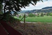 Vom Bänkli aus erblickt man Ganterschwil sowie die umliegenden Orte und Hügel. (Bild: Bilder: Anina Rütsche)