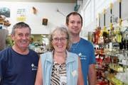 Mittendrin: Brocki-Leiter Tom Mc Loughlin mit seiner Stellvertreterin Ingrid Rickli und deren Sohn Thomas Rickli. (Bild: Hugo Berger)