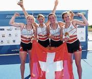 Jana Nussbaumer, Lisa Lötscher, Emma Kovacs und Célia Dupré jubeln über die Goldmedaille. (Bild: PD (Racice, 12. August 2018)