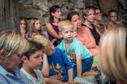 Gespannt schauen die kleinen und grossen Besucher dem Theaterstück zu. (Bild: Andrea Stalder)