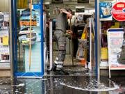 Überflutete Keller und beschädigte Waren: Die schweren Regenfälle in der Nacht auf den 12. Juni haben in Lausanne grosse Schäden verursacht. (Bild: KEYSTONE/JEAN-CHRISTOPHE BOTT)