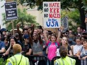 Die Rechtsextremisten vermochten am Jahrestag der tödlichen Proteste von Charlottesville kaum zu mobilisieren. Dagegen nahmen Tausende an Gegendemonstrationen teil. Die Kundgebungen richteten sich auch gegen US-Präsident Donald Trump. (Bild: KEYSTONE/EPA/MICHAEL REYNOLDS)