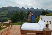 Biobauer Bruno Forrer und seine Partnerin Manuela Jenal sind die Gastgeber der Suite «Burst», einer der begehrten Übernachtungsmöglichkeiten unter freiem Himmel. (Bild: Adi Lippuner)