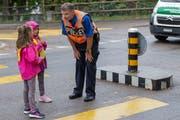 «Wann dürft ihr loslaufen?»: Mit der Frage vergewissert sich der Stadtpolizist immer wieder, ob die Kinder das Prinzip der Strassenüberquerung verstanden haben.