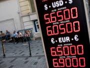 Währung im freien Fall: Die türkische Lira hat gegenüber anderen Währung um über 30 Prozent an Wert verloren. (Bild: Geldwechselstube in Istanbul 10.8.2018) (Bild: KEYSTONE/EPA/SEDAT SUNA)