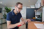 Optiker Michael Hofer beim Feilen eines Horngestells. (Bild Marion Wannemacher (Stans, 26. Juli 2018))