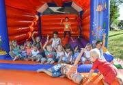Während die Erwachsenen im Festzelt feiern, versucht sich der Nachwuchs auf der Hüpfburg in Coolness. Bild: Christoph Heer