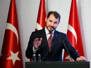 Der türkische Finanzminister und Schwiegersohn von Staatspräsident Erdogans, Berat Albayrak, versuchte am Wochenende, die turbulenten Finanzmärkte mit einem Aktionsplan zu beruhigen. (Bild: KEYSTONE/AP/MUCAHIT YAPICI)