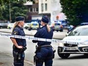 In Schweden haben Jugendliche in mehreren Städten in der Nacht auf Dienstag Sicherheitskräfte angegriffen und Autos angezündet. (Bild: KEYSTONE/AP TT NYHETSBYRÃ...N/JOHAN NILSSON)