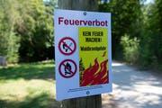 Das Feuerverbot gilt weiterhin im Wald und in Waldesnähe. (Bild: Keystone/Melanie Duchene)