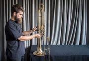 Fabian Bächi experimentiert mit einem 3D-Drucker, um Schablonen für den Instrumentenbau herzustellen. (Bild: Reto Martin)