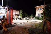 Keine Hektik auf dem Brandplatz: Die Feuerwehr hat alles unter Kontrolle.