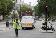 Die Polizei sperrt den Unfallort ab. (Bild: Keystone)