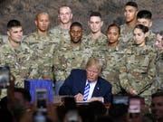 US-Präsident Donald Trump genehmigt am Montag das Budget für die Verteidigungsausgaben der USA. (Bild: KEYSTONE/FR58980 AP/HANS PENNINK)