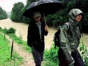 Kein Spaziergang: Bei einer Wanderung entlang der kleinen Emme geriet eine Schulklasse in Not. (Bild: KEYSTONE/GUIDO ROEOESLI)