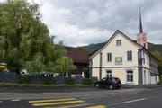 Das Gasthaus Traube soll auch unter den neuen Besitzern seinen Dorfbeizcharakter und kulinarische Erlebnisse behalten. Der Stall links daneben soll laut erster Idee ein kleines Stadthotel werden. (Bild: Thomas Schwizer)