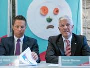 SVP-Nationalrat Christian Imark (SO), links, und GastroSuisse-Direktor Daniel Borner halten nichts von neuen Vorschriften in der Nahrungsmittelproduktion. Sie stellen sich gegen die Agrarinitiativen, über die am 23. September abgestimmt wird. (Bild: KEYSTONE/PATRICK HUERLIMANN)