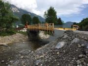 Neu wird der Langsamverkehr auf der provisorischen Baubrücke über die Sarneraa geführt. (Bild: PD)