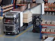 Ein Lastwagen wird im Warenlager vom Hubstapler beladen, da ist Präzision gefragt.