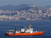 Das Rettungsschiff «Aquarius» der Hilfsorganisationen SOS Méditerranée darf in Malta anlegen. Es hatte am Freitag 141 Menschen aus Booten gerettet und wartete seither die Zuweisung auf einen Hafen. (Bild: KEYSTONE/AP/CLAUDE PARIS)