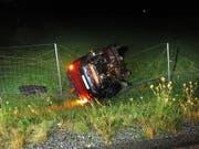 Der Lenker und die Mitfahrerin hatten Glück. Sie bekamen beim Unfall auf der A3 nur Prellungen ab. (Bild: Kapo GL)