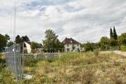 Seit zwei Jahren eine Brache an bester Lage: das «Traube»-Grundstück direkt an der Durchgangsstrasse.(Bild: Markus Schoch)