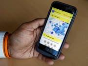 Mit der TCS-App «Travel Safety» können sich Reisende per Handy kostenlos über wichtige Ereignisse informieren und Ratschläge zur Wahrung ihrer Sicherheit einholen. (Bild: KEYSTONE/SALVATORE DI NOLFI)