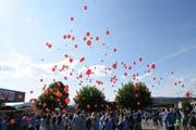 200 Schüler lassen am ersten Schultag im neu renovierten OZ Rosenau Luftballons mit Vorsätzen steigen. (Bild: Stadt Gossau, 13. August 2018)